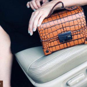 Заказать в подарок женскую сумку из экокожи под крокодила цвета коричневого дешево