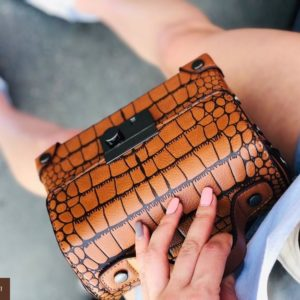 Приобрести недорого женскую сумку под крокодила из экокожи коричневого цвета оптом Украина