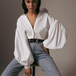 Приобрести недорого женскую рубашку с объёмными рукавами из хлопка белого цвета оптом Украина