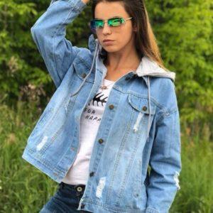 Заказать в подарок женскую куртку джинсовую с капюшоном и принтом дешево