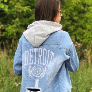 Приобрести недорого женскую джинсовую куртку с капюшоном и принтом оптом Украина