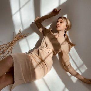 Приобрести недорого женское платье миди в деловом стиле с поясом бежевого цвета оптом Украина