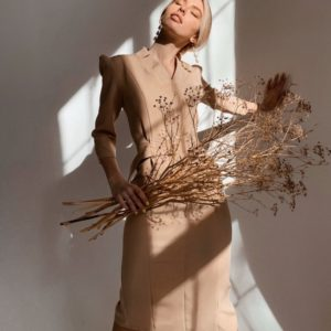 Заказать в подарок женское миди платье в деловом стиле с поясом цвета бежевого дешево