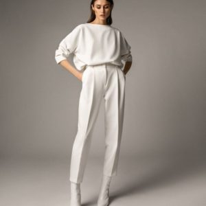 Заказать в подарок брючный женский костюм с объёмной кофтой двойка белого цвета недорого