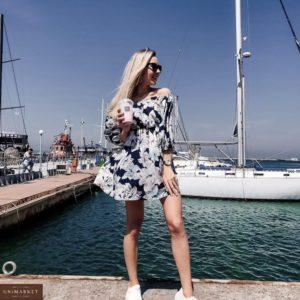 Купить дешево женское летнее платье с открытыми плечами и цветочным принтом темно-синее в Украине