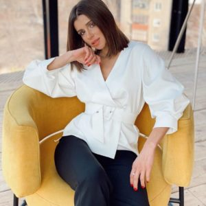Придбати недорого жіночу блузу на запах з поясом молочного кольору оптом Україна