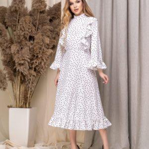 Купить онлайн белое женское платье миди под горло с расклешенными рукавами недорого