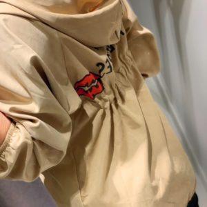 Купить бежевую женскую ветровку с капюшоном без воротника по скидке
