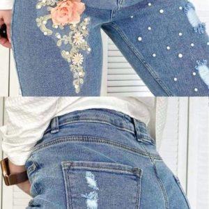 Купить женские синие джинсы Mom с аппликацией и жемчугом по скидке