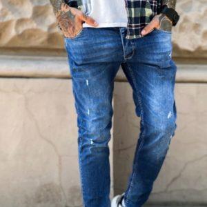 Заказать онлайн мужские синие зауженные джинсы с небольшими царапками по скидке