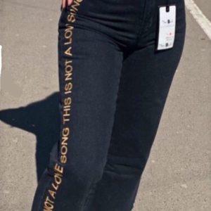 Заказать черные женские джинсы прямого кроя с вертикальной надписью (размер 42-50) недорого