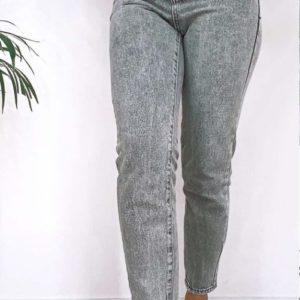 Купить онлайн женские серые джинсы Mom на резинке по скидке