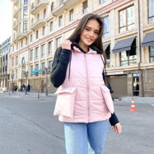 Приобрести розовую женскую жилетку с накладными карманами и капюшоном в Украине