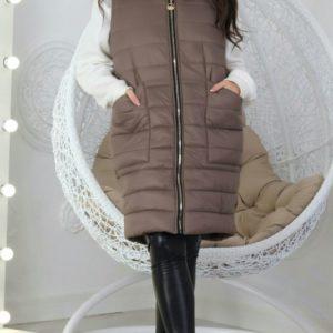 Купить женскую удлиненную жилетку на синтепоне цвета мокко (размер 48-56) недорого