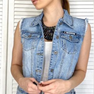 Купить женскую синюю укороченную джинсовую жилетку на пуговицах (размер 40-50) недорого