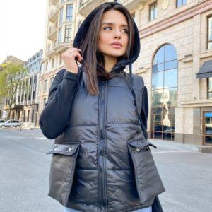 Купить черную женскую жилетку с накладными карманами и капюшоном онлайн в инетрнете