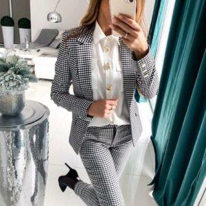 Купить женский черно-белый костюм-тройка с крупными пуговицами на рубашке (размер 42-48) в клетку недорого
