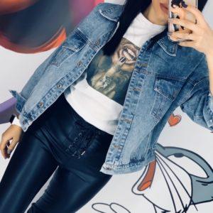 Купить онлайн женскую джинсовую куртку оверсайз с нашивкой на спине в Украине
