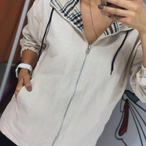 Купить бежевую женскую двухстороннюю весеннюю куртку с карманами в Киеве