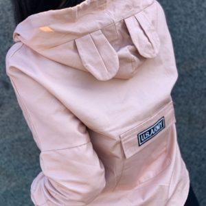 Заказать персиковую женскую легкую куртку с ушками на капюшоне выгодно