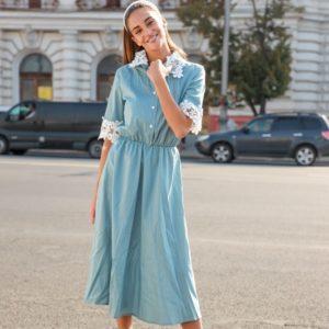 Приобрести голубое женское платье миди в горошек с кружевными вставками по доступным ценам