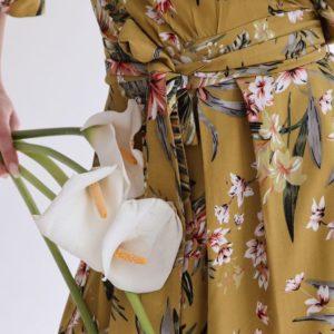 Приобрести горчичное женское летнее платье на запах с v-образным декольте недорого