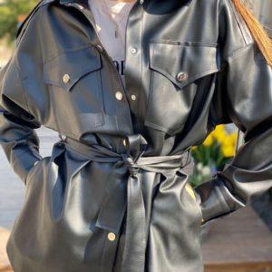 Приобрести черную женскую удлиненную рубашку из эко кожи с поясом по низким ценам