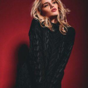 Купить дешево черную женскую зимнюю тунику плотной вязки с объемными фактурными узорами со скидкой