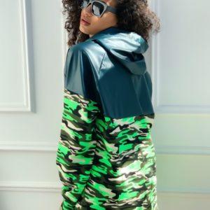 Приобрести в интернете со скидкой камуфляжную женскую спортивную тунику-худи со вставкой из эко кожи