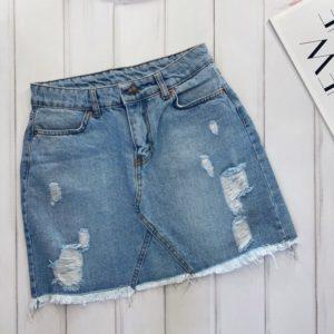 Заказать женскую голубую светлую юбку из денима с потертостями по скидке