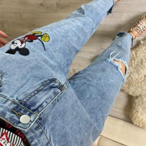 Купить голубые женские джинсы Mom с вышивкой Микки Маус (размер 44-48) по низким ценам