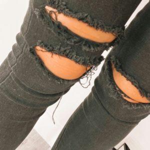 Купить черные женские черные джинсы с прорезями на коленях по специальным предложениям