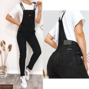 Купить женский черный джинсовый комбинезон с карманами по скидке