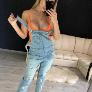 Купить онлайн женский голубой укороченный джинсовый комбинезон с карманами по скидке