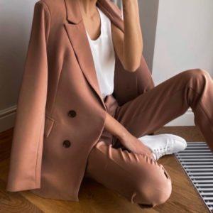 Купить женский брючный костюм-тройка цвета мокко по скидке