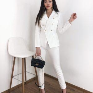 Купить белый женский стильный костюм с двубортным пиджаком недорого