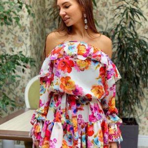 Купить белое женское принтованное платье с открытыми плечами с воланами онлайн