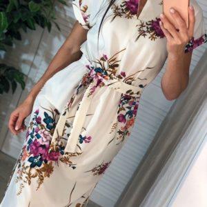 Купить молочно-розовое женское платье миди в цветочный принт с поясом по скидке