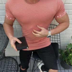 Купить пудровую мужскую футболку с круглым вырезом с надписью на рукавах (размер 46-52) в интернет-магазине