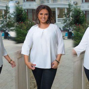 Замовити білу жіночу блузку зі складанням на грудях і хлястиком на рукаві (розмір 50-60) недорого