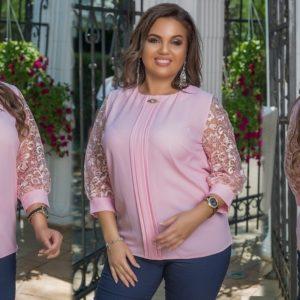 Замовити рожеву жіночу елегантну блузку з брошкою з мереживними рукавами (розмір 48-58) в Україні