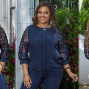 Купити синю жіночу елегантну блузку з брошкою з мереживними рукавами (розмір 48-58) за низькими цінами