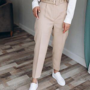 Купить женские бежевые брюки с поясом 7/8 из крепа по скидке