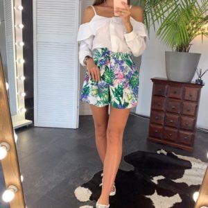 Заказать белый/цветной женский летний костюм: белая блузка с открытыми плечами + шорты с цветочным принтом выгодно