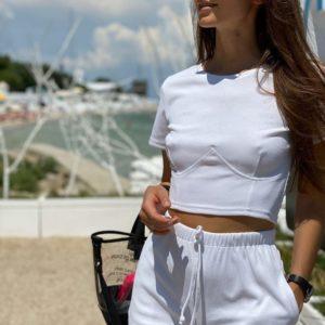 Заказать белый женский костюм: топ + шорты из трикотажа в рубчик онлайн