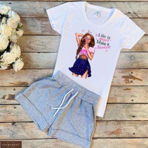 Приобрести белый/серый женский трикотажный костюм: шорты+футболка с принтом девушка по скидке