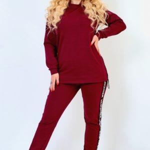 Заказать бордо женский прогулочный костюм с декорированными лампасами (размер 50-64) дешево