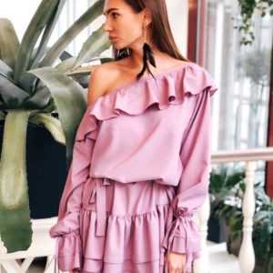 Заказать лиловое женское оversize платье с рюшами на одно плечо по скидке