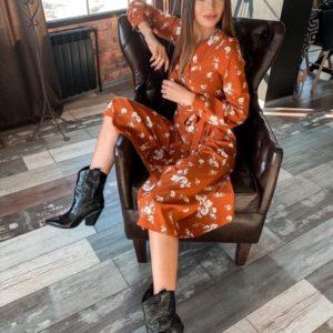 Приобрести терракотовое женское платье на запах с поясом в цветочный принт недорого