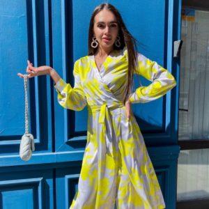 Купить желтое женское яркое платье из шелка на запах с принтом выгодно